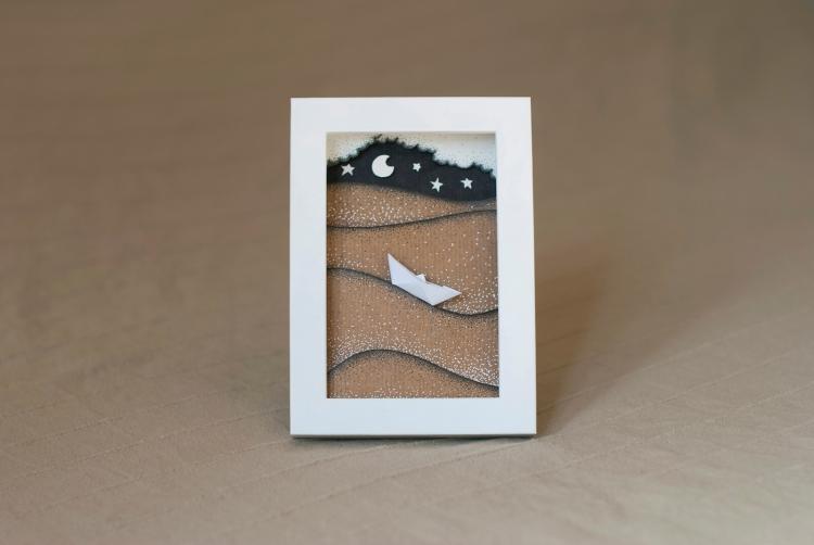 Diorama di carta craft e cartoncino, in cornice di legno bianco.
